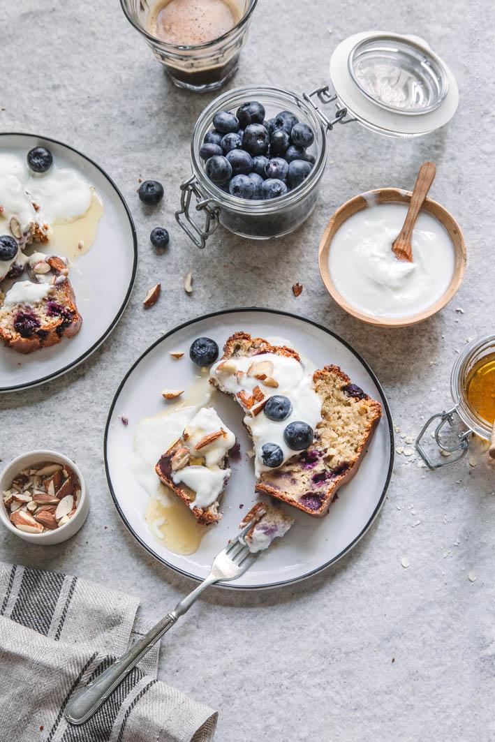 Warmes Blueberry Bread mit Joghurt und Nüssen