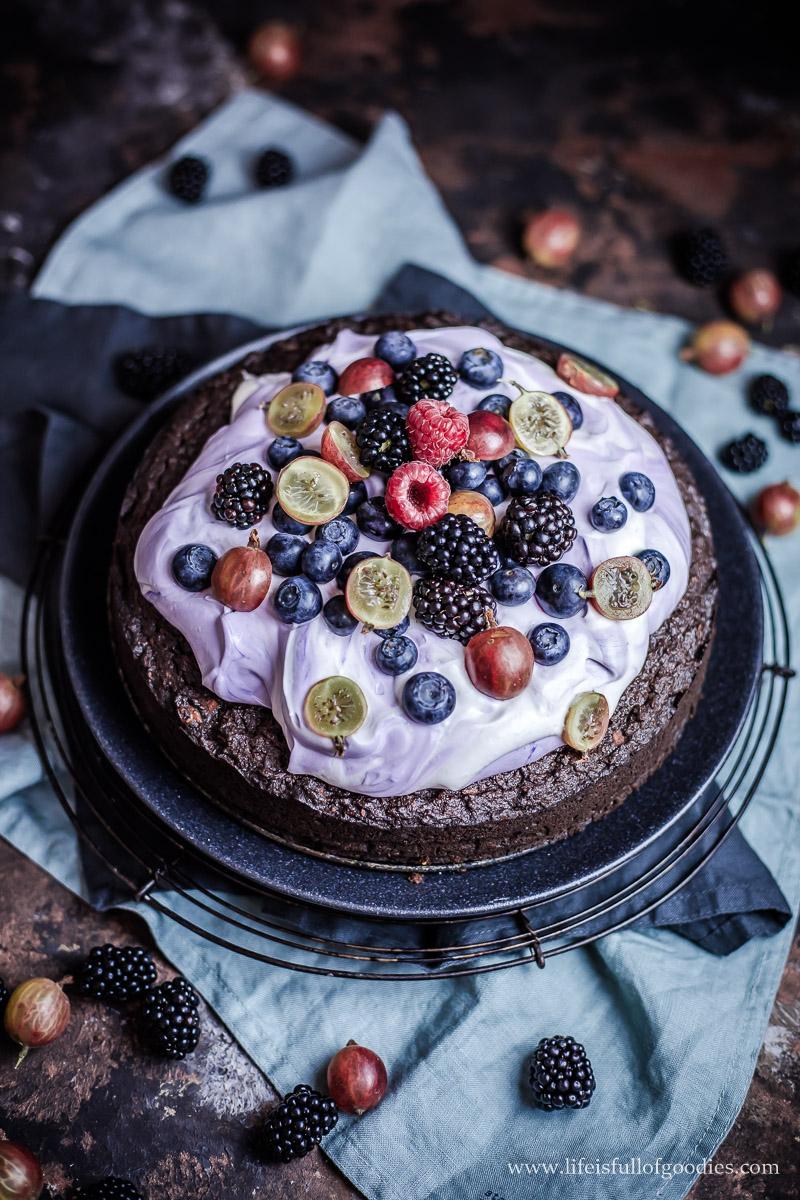 Gesunder Kokos-Schoko-Brownie mit Quarkcreme und Beeren