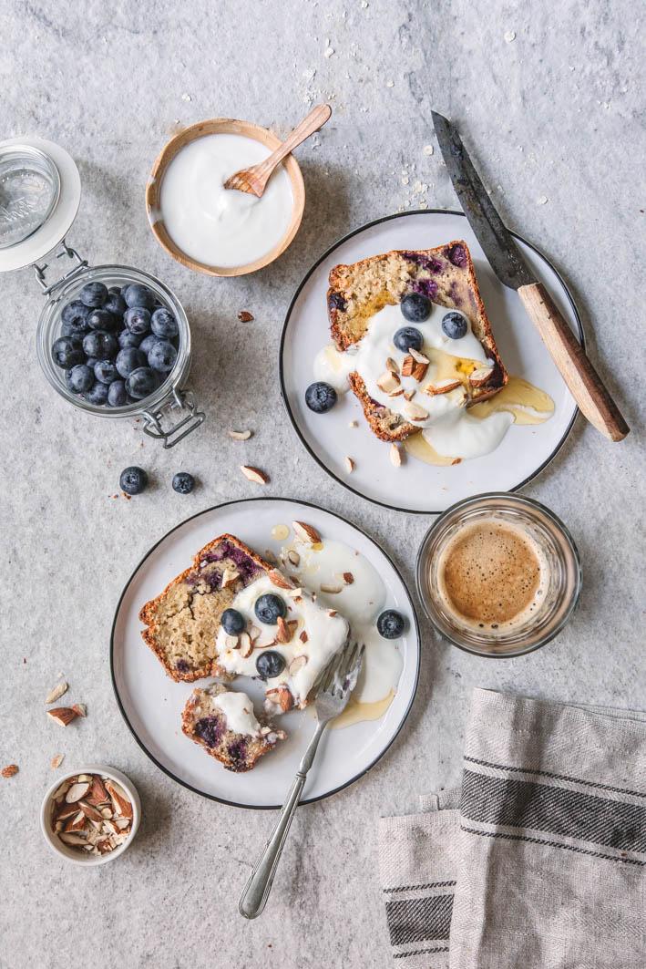 Gesundes Blueberry Bread mit griechischem Joghurt
