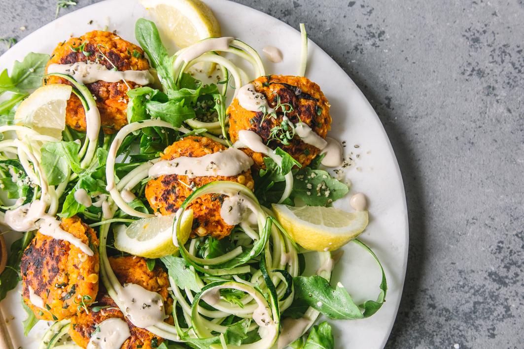 Zucchini Salat mit Tahini Dressing und Möhren Bratlingen