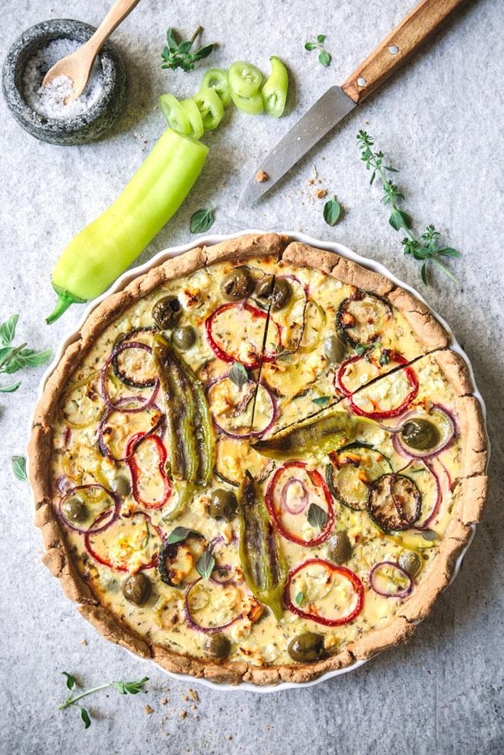 Griechische Quiche mit Feta, Oliven und Paprika