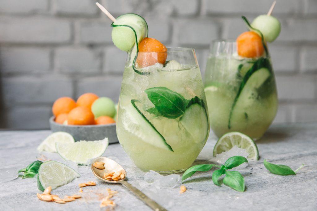 Weincocktail mit Melone und Gurke
