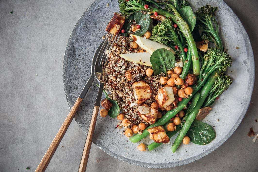 Quinoa Salat mit Spargelbrokkoli und Halloumi