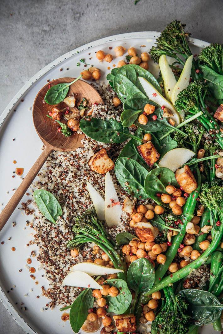 Broccolini aus dem Ofen mit Quinoa, Kichererbsen und Halloumi