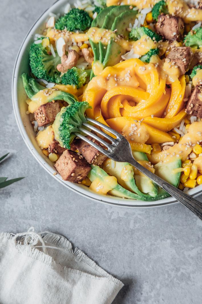 Sommerliche Salatbowl mit Avocado, Mango und Tofu