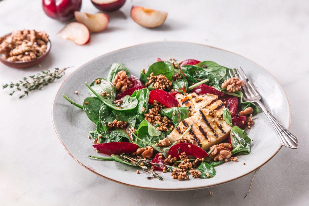 Salat mit gegrilltem Halloumi und gerösteten Pflaumen