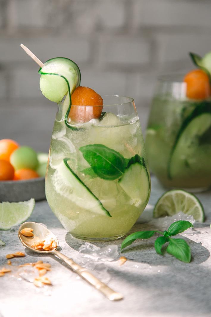 Sommerlicher Cocktail mit Süßwein, Melone und Gurke