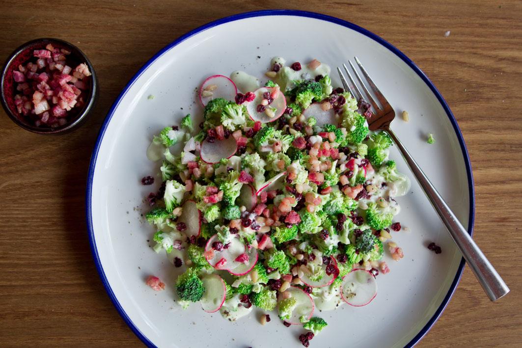 Roher Broccolisalat mit knusprigem Bacon