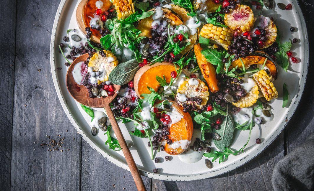 Warmer Salat mit Kürbis und gerösteten Blaubeeren.