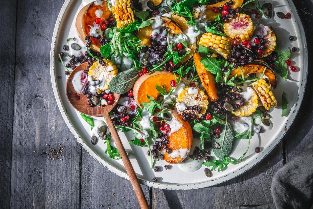 Warmer Salat mit Kürbis und Blaubeeren
