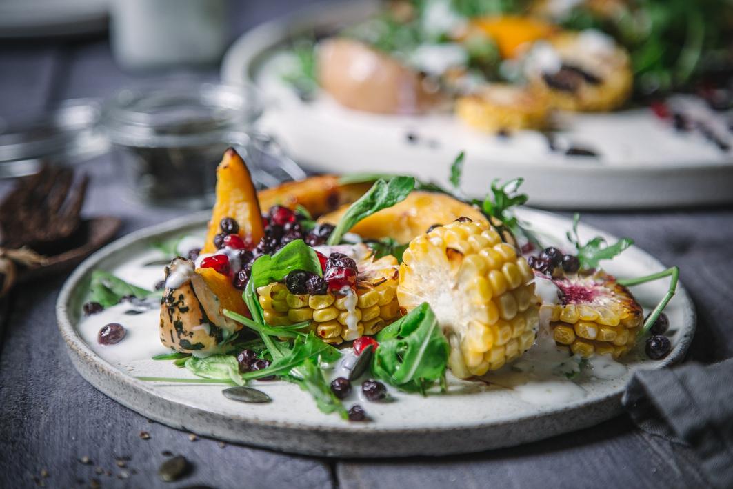 Warmer Salat mit gerösteten Mais und Kürbis