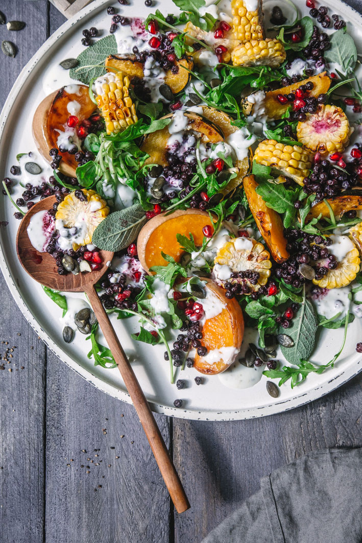 Warmer Salat mit Kürbis, gerösteten Blaubeeren und Buttermilchdressing