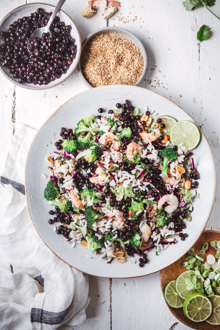 Asiatischer Reissalat mit Blaubeeren und Erdnüssen
