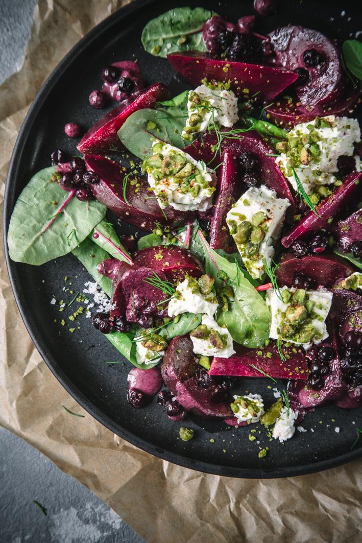 Rote Bete Salat mit Feta und Blaubeerdressing