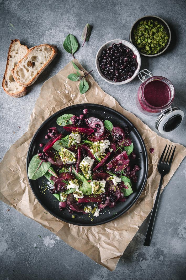 Rote Bete Salat mit Feta in Pistazienkruste und Blaubeerdressing