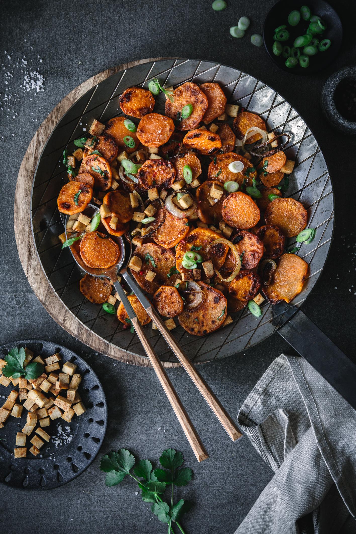 Brat-Süßkartoffeln mit Räuchertofu und Koriander