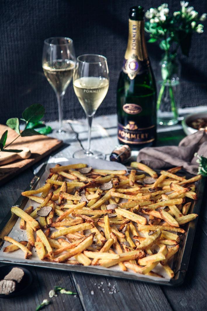 Knusprige Trüffelpommes aus dem Ofen mit frischem Trüffel