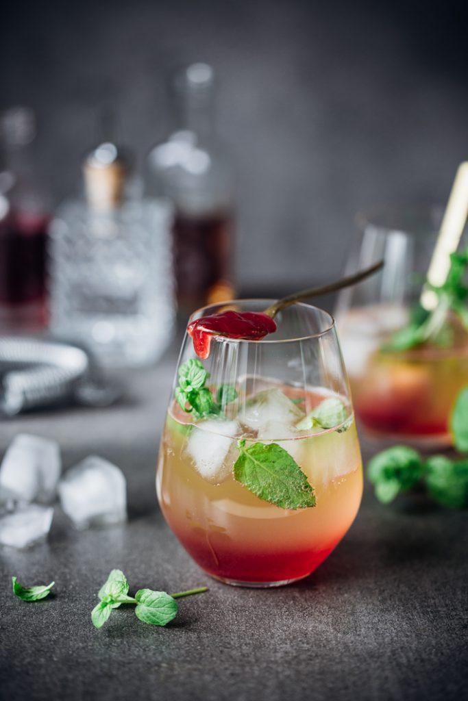Alkoholfreier Cocktail mit Traubensaft, Mango und Erdbeermarmelade