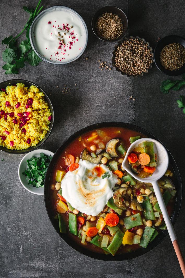 Marrokanischer Gemüseeintopf mit Safranhirse und Joghurt