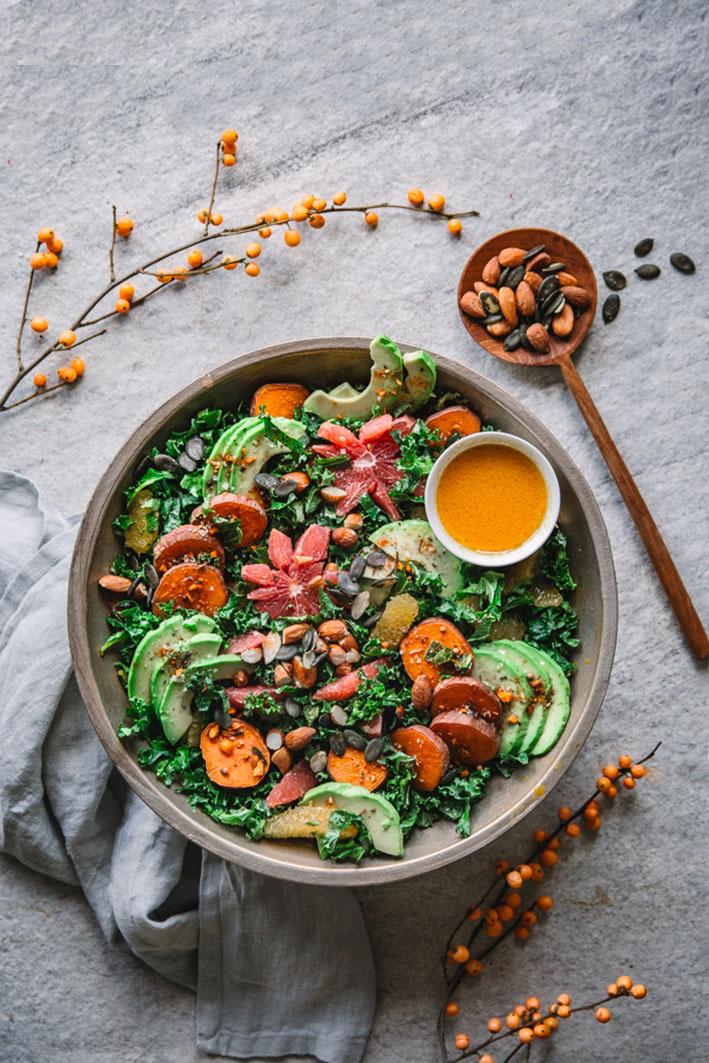 Grünkohlsalat mit Süßkartoffeln, Avocado und Mandeln mit gesundem Sanddorn-Dressing