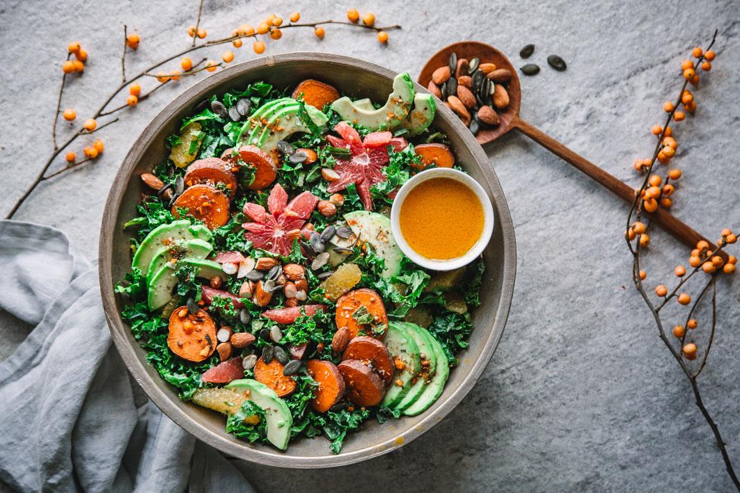 Grünkohlsalat mit Avocado, Süßkartoffeln und Rauchmandeln mit gesundem Sanddorndressing