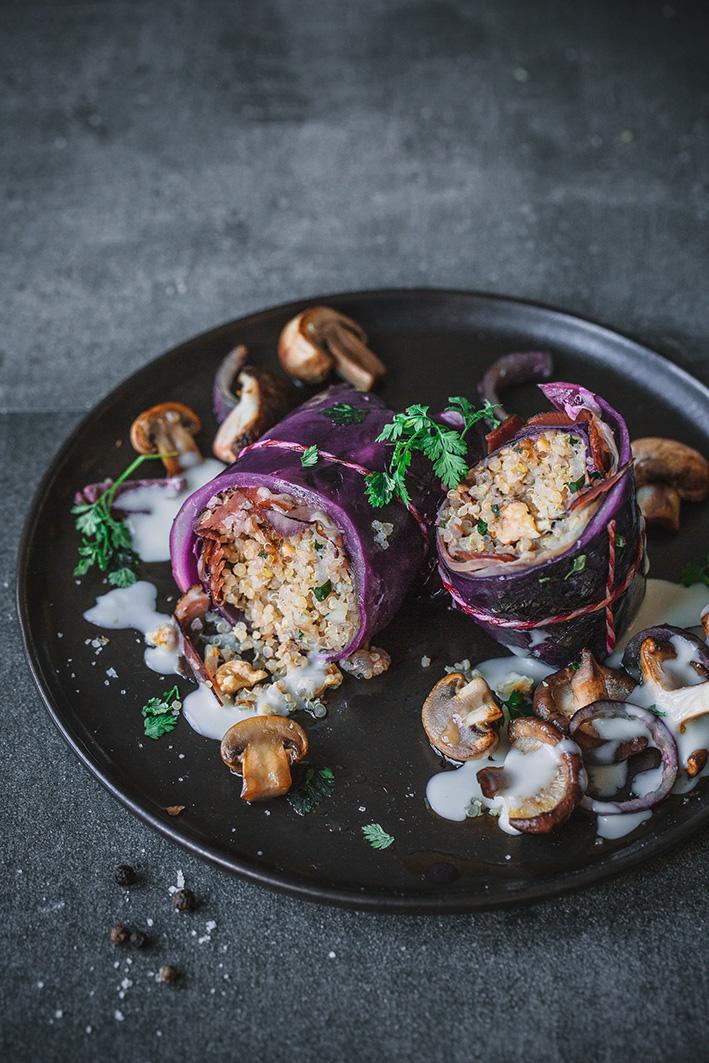 Rotkohlrouladen mit Quinoa und Pilzen