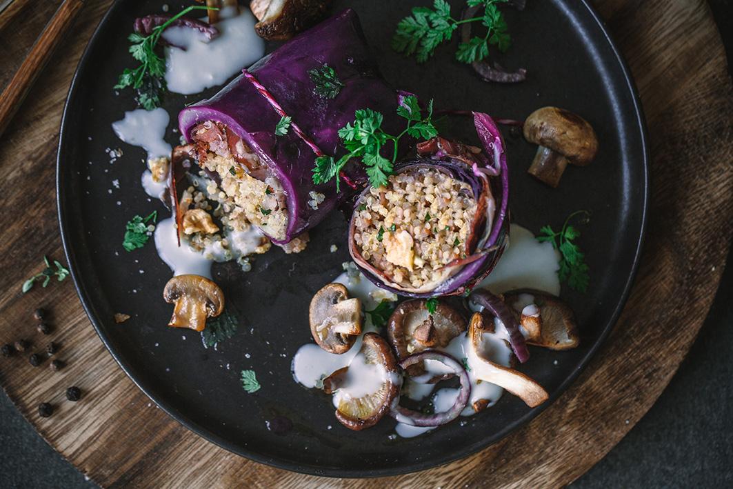 Rotkohlrouladen mit Quinoafüllung