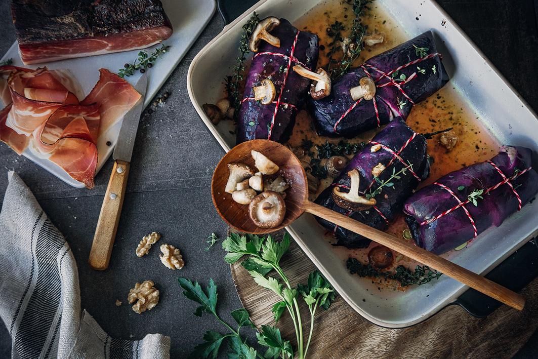 Quinoa-Rotkohlrouladen mit Pilzen