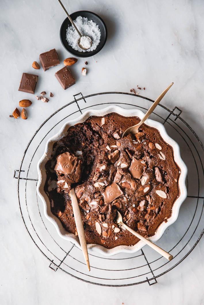 Schokoladenauflauf mit geschmolzenen extra großen Schokostücken