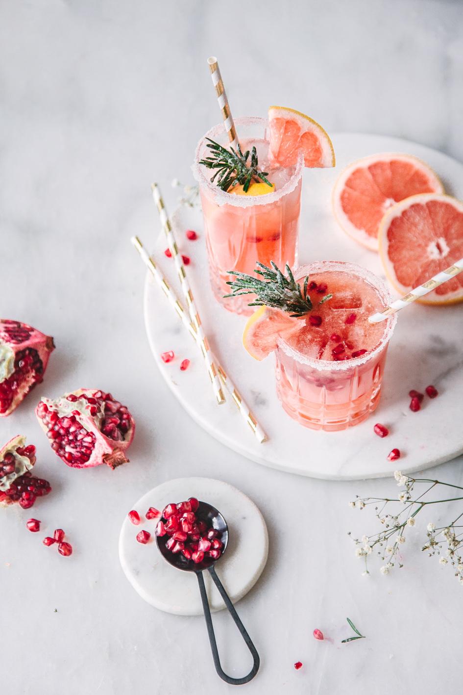 Alkoholfreier Cocktail mit Granatapfel und Grapefruit