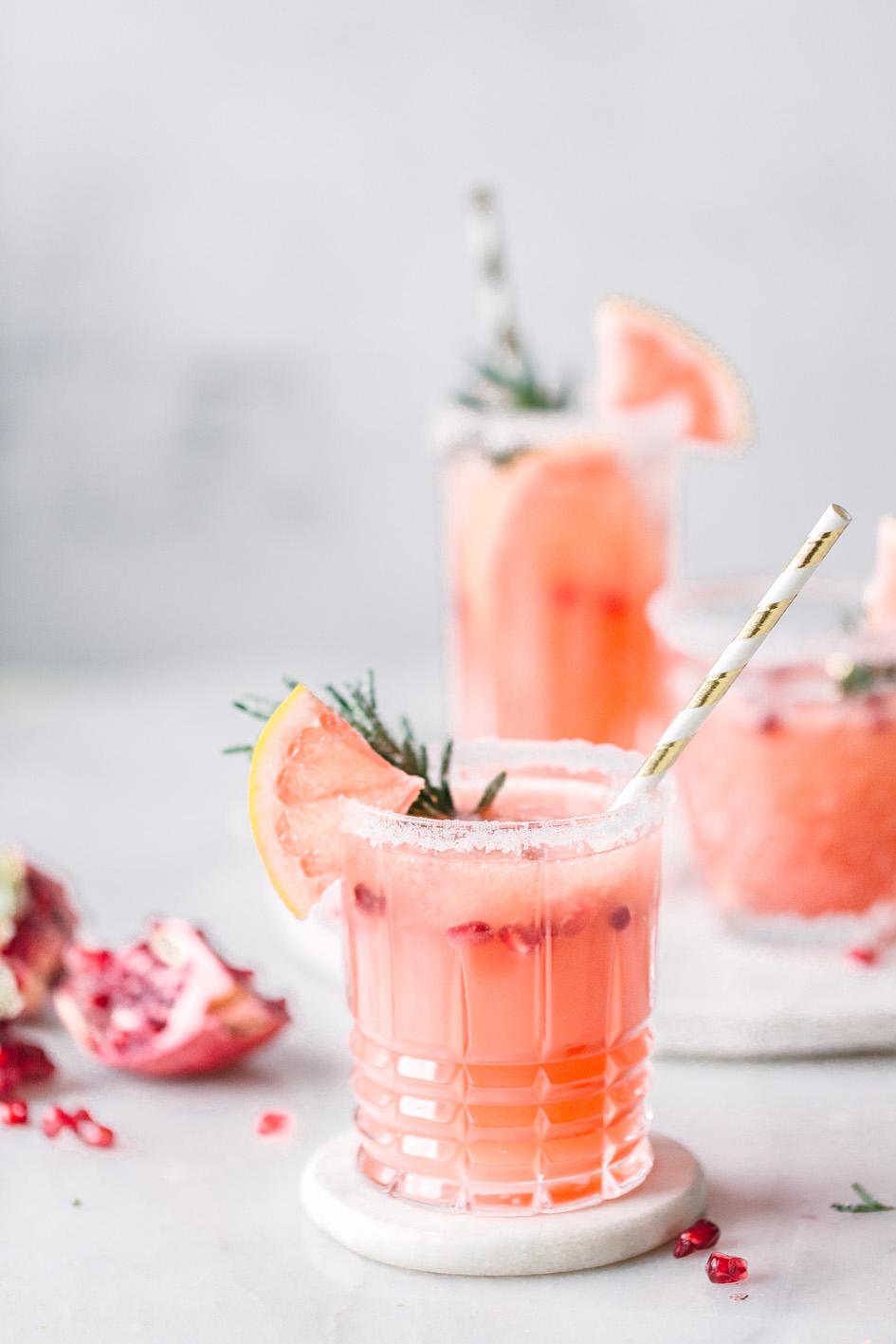 Alkoholfreier Grapefruit Mocktail mit Granatapfel und Kombucha