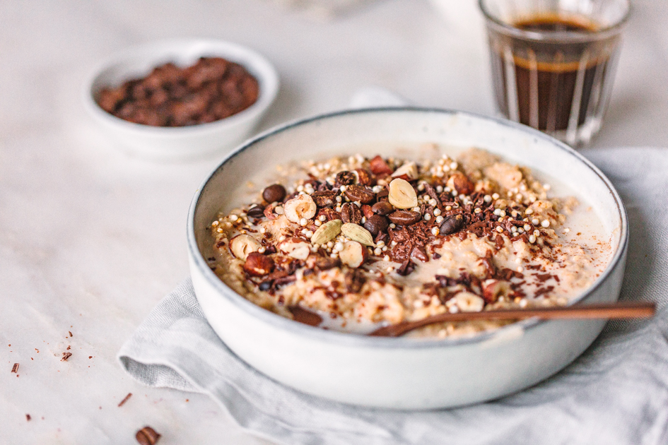 Kaffee-Oatmeal mit Schokolade und Nüssen