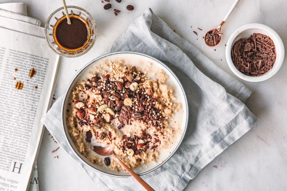 Kaffee-Oatmeal mit Nüssen und Schokolade