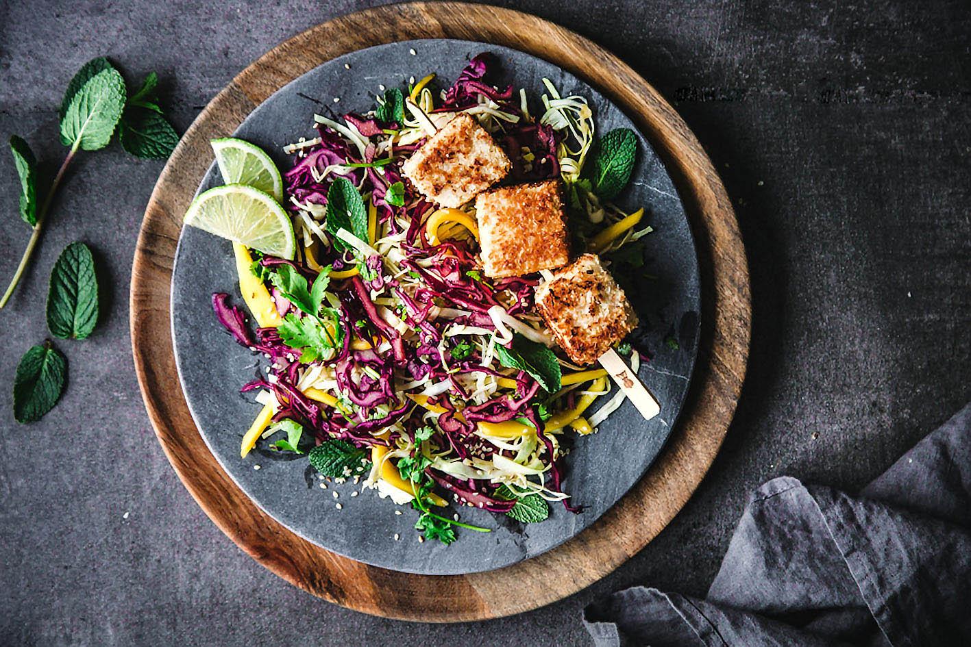 Bunter Rotkohlsalat mit knusprigem Tofu