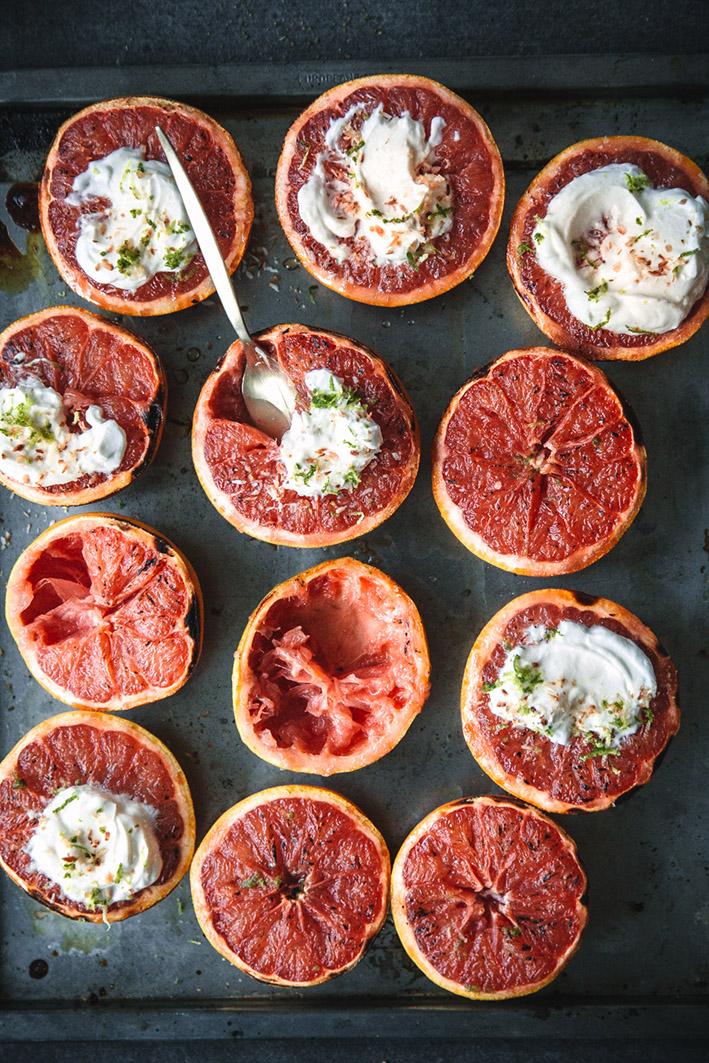 Gegrillte Grapefruits aus dem Ofen mit Kokosjoghurt