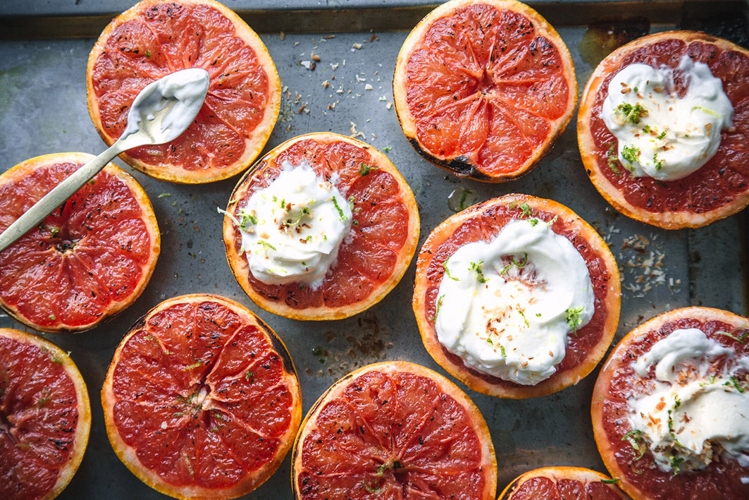 Gegrillte Grapefruit mit Kokosjoghurt