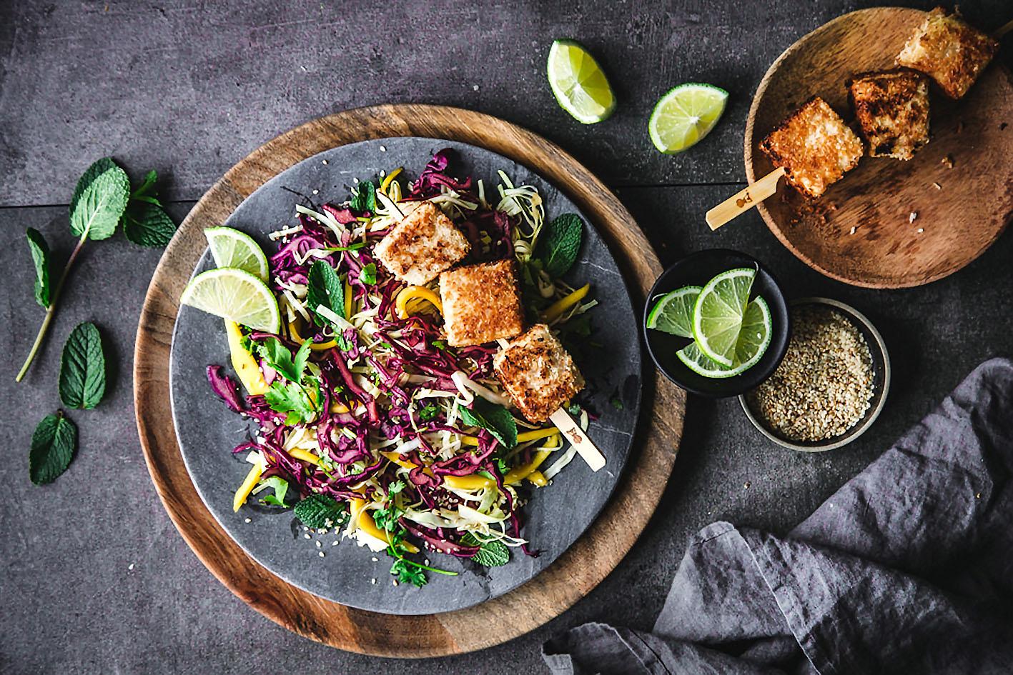 Veganer Rotkohlsalat mit Kokos-Tofu