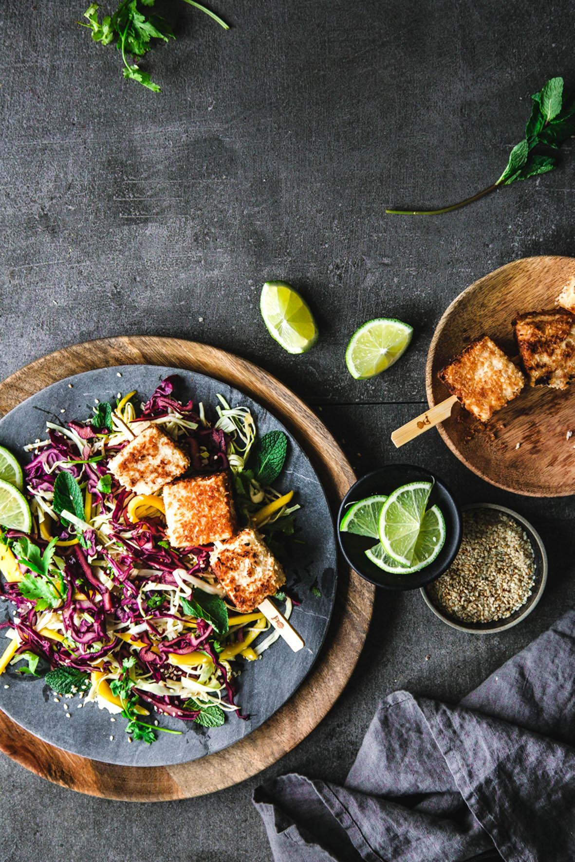 Rotkohlsalat mit knusprigem Kokos-Tofu