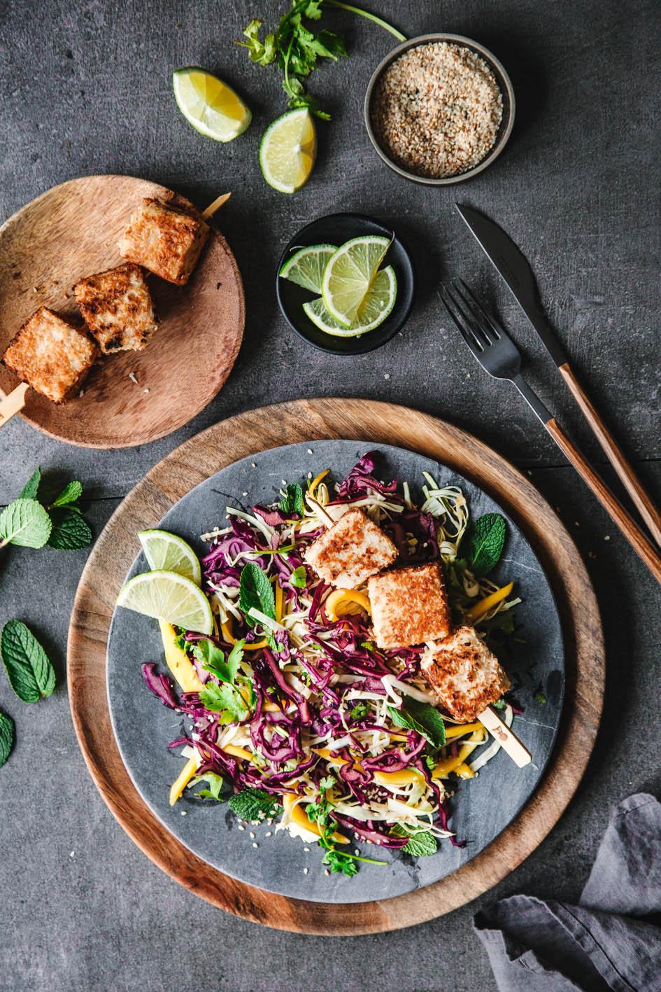 Knackiger Rotkohlsalat mit Kokos-Tofu-Spießen