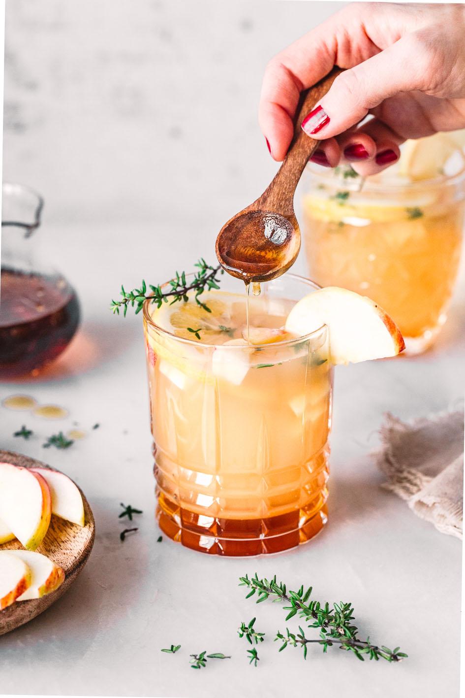 Alkoholfreier Drink mit Ahornsirup und Apfel