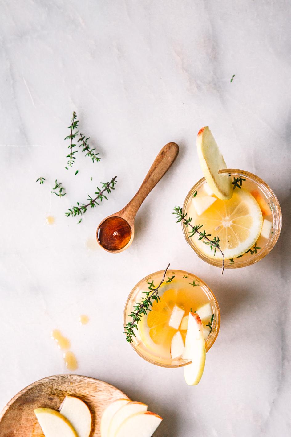 Drink mit Apfel, Ahornsirup und Thymian