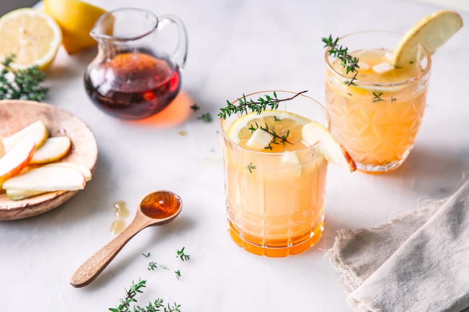 Alkoholfreier Drink mit Apfel und Ahornsirup