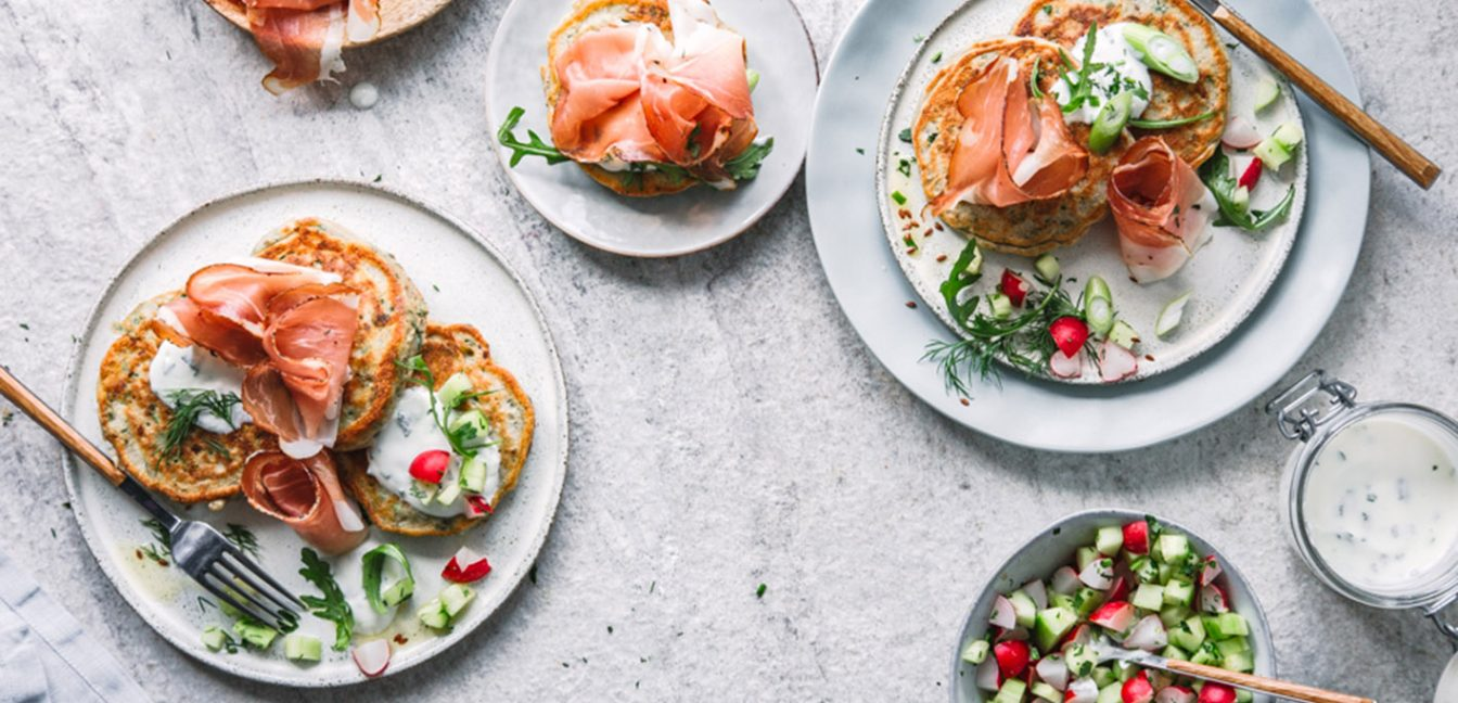 Zucchini-Kräuter-Pancakes mit Südtiroler Speck g.g.A.