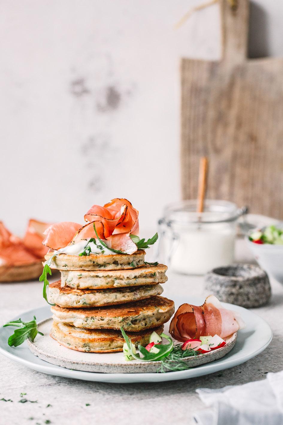 Herzhafte Pancakes mit Speck und Kräutern