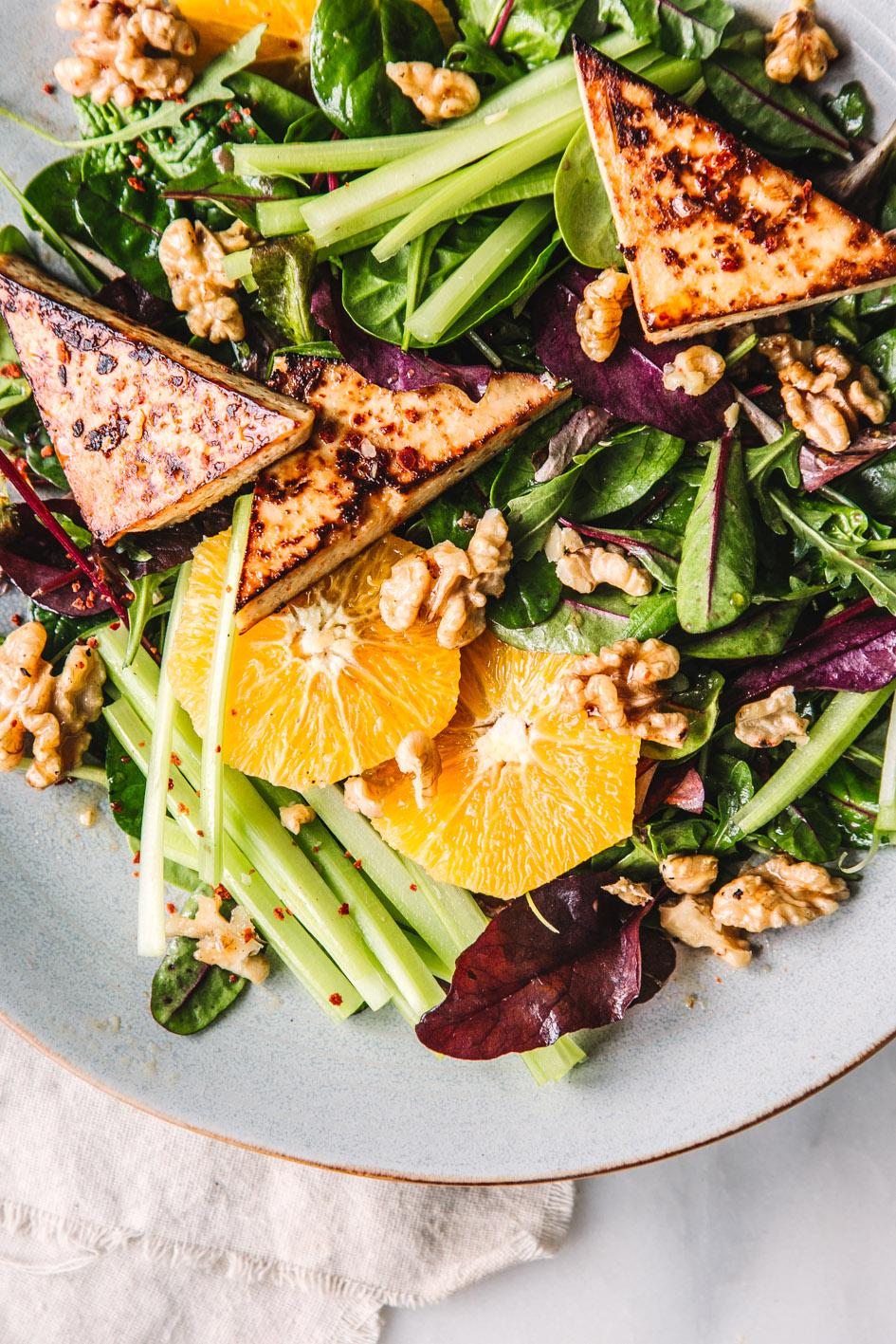 Salat mit Orangen, Nüssen und karamellisiertem Tofu (vegan)