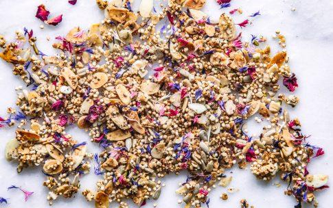 Frühlings-Granola mit Honig und Blüten