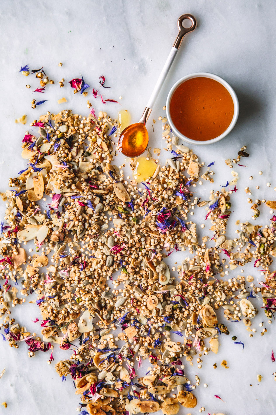 Frühlingshaftes Granola mit essbaren Blüten und Honig