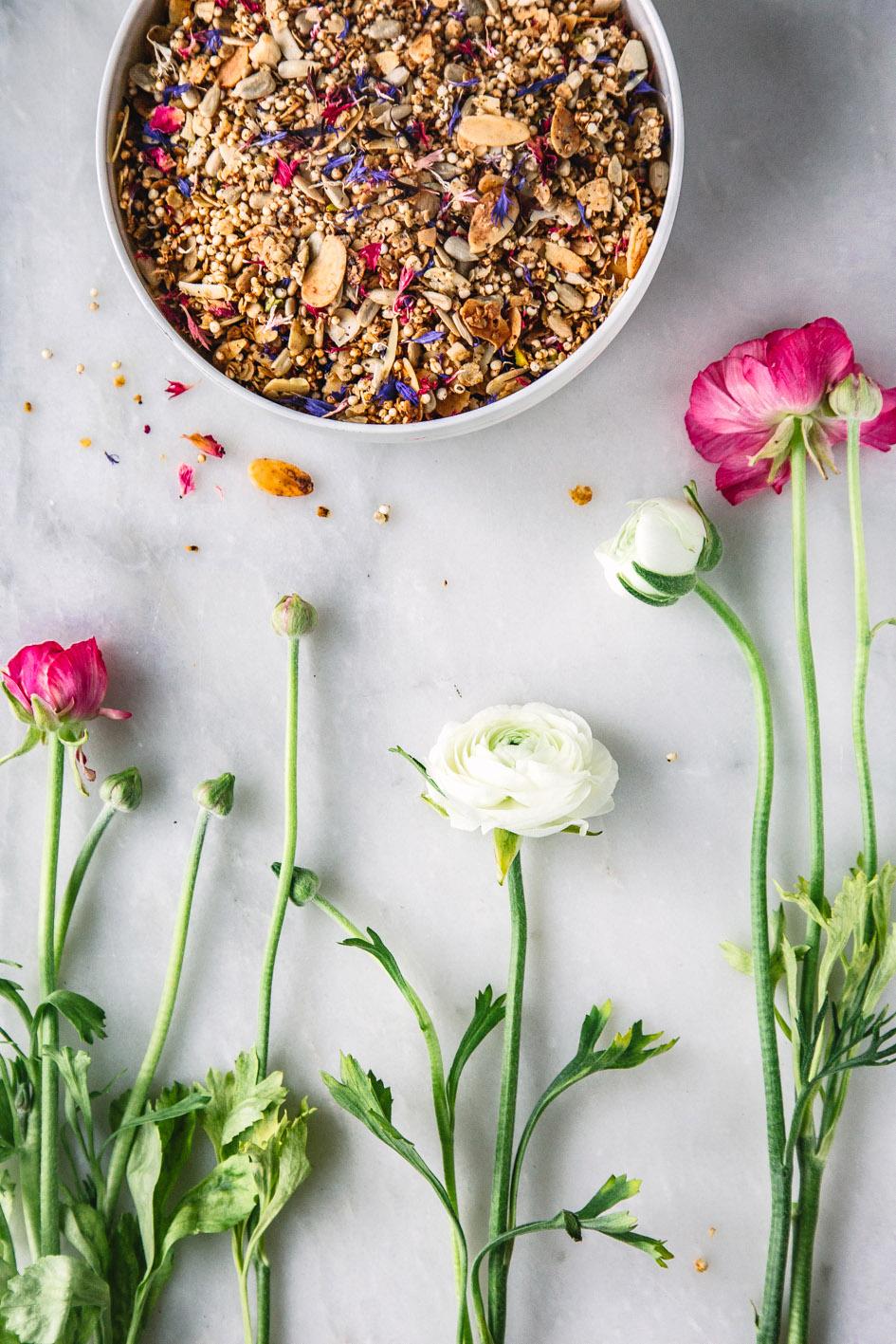 Müsli mit essbaren Blüten