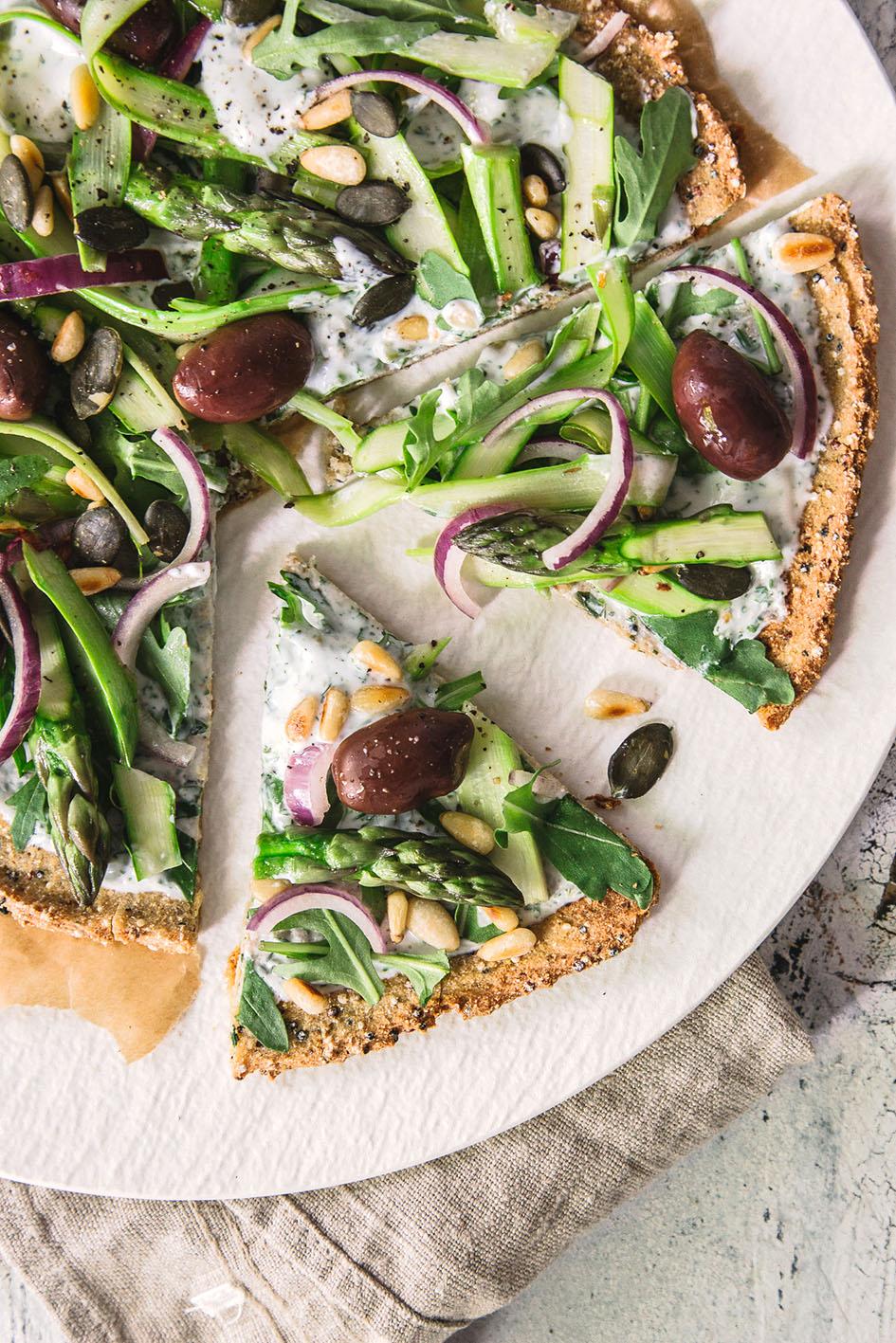Pizzateig aus Quinoa, belegt mit grünem Spargel