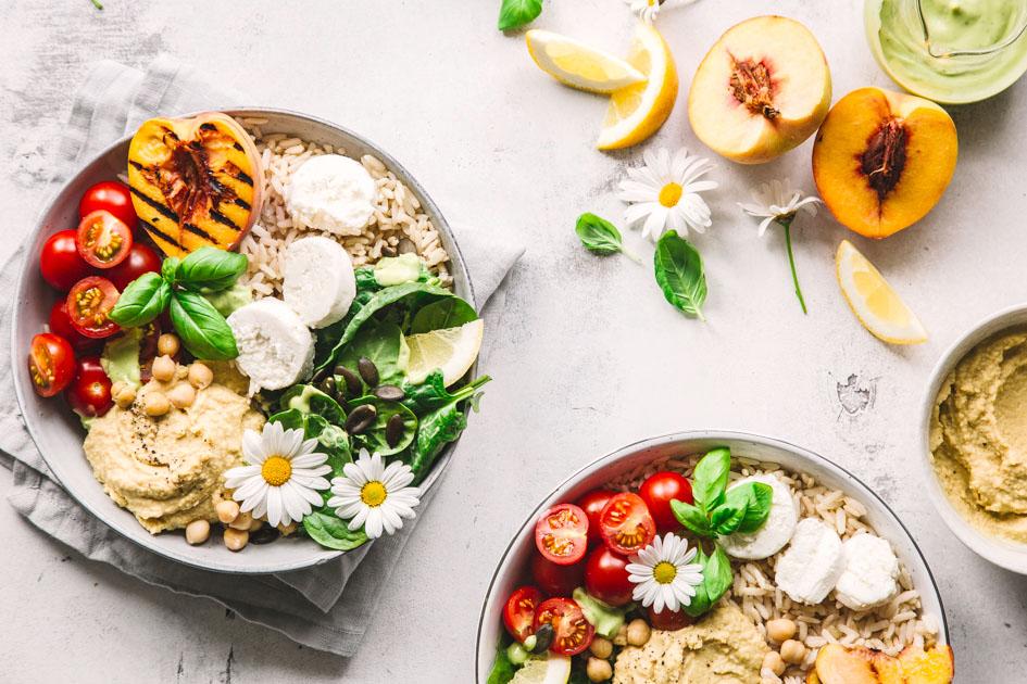 Summer-Bowl mit gegrilltem Pfirsich und Hummus